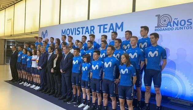 Los equipos masculino y femenino de Movistar, en la presentación para 2020.