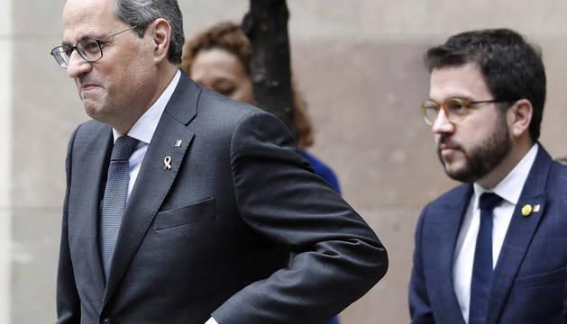 El presidente de la Generalitat, Quim Torra (i) junto al vicepresidente y conseller de Economía, Pere Aragonés (d), tras comparecer en la Galería Gótica del Palau de la Generalitat.