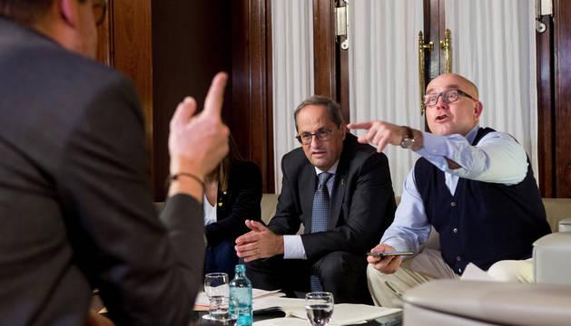 El presidente de la Generalitat, Quim Torra (c) durante la reunión que ha mantenido en su despacho del Parlament con su abogado Gonzalo Boye (d), tras conocerse la sentencia del TSJC que le ha condenado a año y medio de inhabilitación.