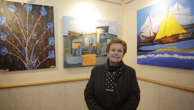 Foto de Tomasa Arístregui González, de 90 años, posa ante algunos de sus cuadros en la que es su primera exposición de pintura en la Casa de Cultura de Huarte.