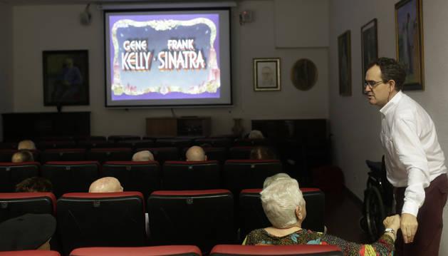 Foto de Daniel Echeverría, a la derecha, en la sala de proyecciones de la Meca, pocos minutos antes de comenzar 'Un día en Nueva York'.