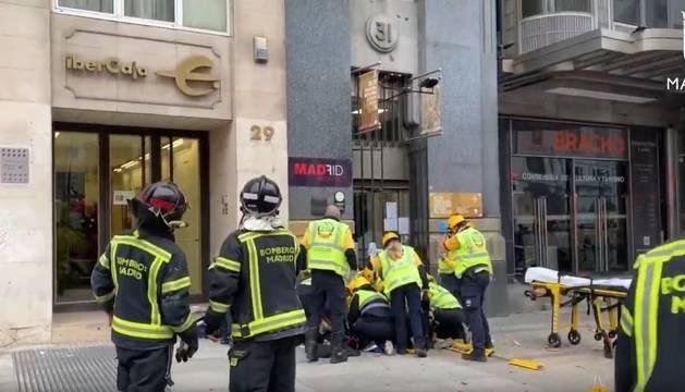 Foto de en estado crítico una mujer golpeada por un cascote de la calle Alcalá 31