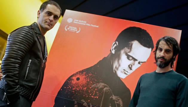 Pedro Alonso (izquierda) y Marc Vigil, el jueves por la tarde en los cines Golem Yamaguchi, donde tuvo lugar un paso de El silencio del pantano.