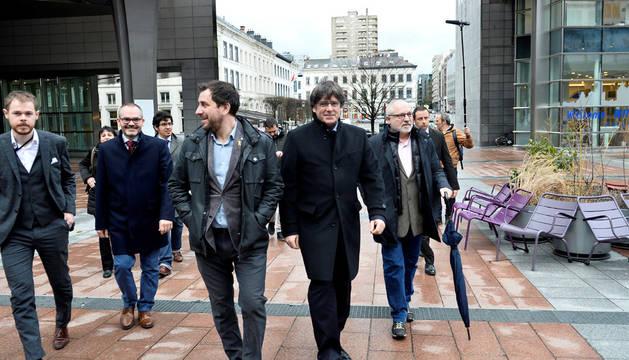 El expresidente de la Generalitat de Cataluña Carles Puigdemont y los exconsellers Toni Comín y Lluis Puig entran en el Parlamento Europeo.