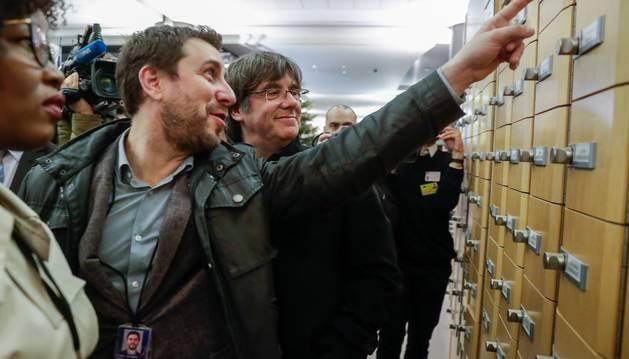 Foto del expresidente de la Generalitat de Cataluña Carles Puigdemont (2i) junto al exconsejero Toni Comín visitan la sede del Parlamento Europeo.