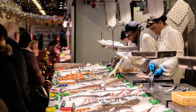 Venta de pescado en uno de los puestos del mercado del Ensanche.