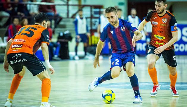 Trípodi y Javivi intentan frenar al jugador del Levante Cecilio.
