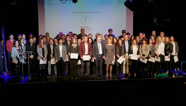 Foto de grupo de las personas que han recogido los diplomas con autoridades del Gobierno de Navarra y representantes de la AIN.