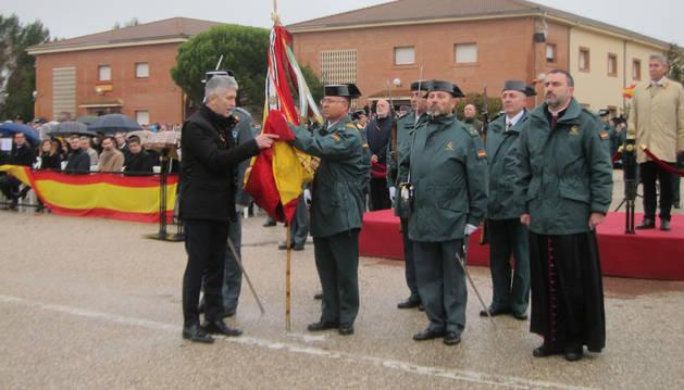 Foto de Grande-Marlaska jurando bandera en Baeza (Jaén)