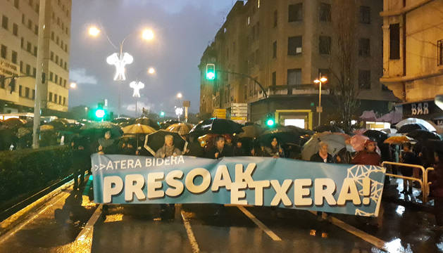 Cabeza de la manifestación tras arrancar desde la antigua estación de autobuses de Pamplona.