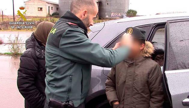 Fotos del menor, con la Guardia Civil, tras ser localizado.