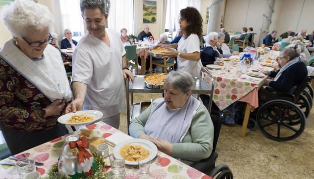 Imagen de los trabajadores de la residencia de Valtierra, sirviendo ayer la comida a las personas que viven en el centro.