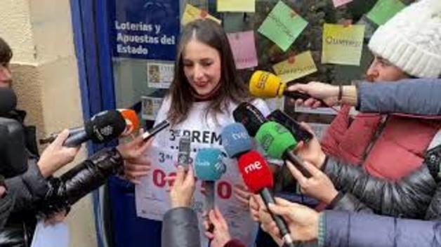 Beatriz García, de la Administración de Lotería de la calle Aldapa, celebra el tercer premio
