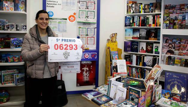 Foto de Maitane Salinas con el cartel del segundo quinto premio de la lotería.