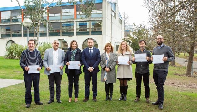 Foto de los premiados posan junto al rector y la vicerrectora de la Universidad Pública de Navarra.