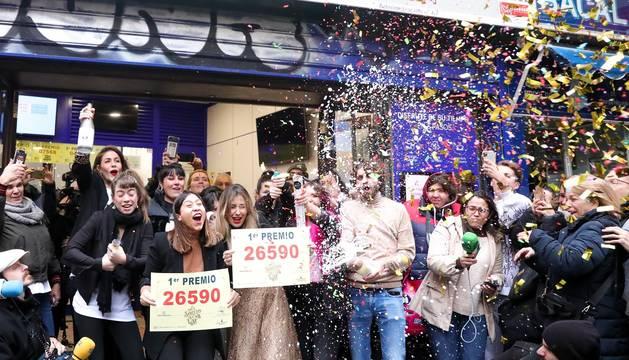 Los agraciados celebran los premios del Gordo de la Lotería de Navidad 2019