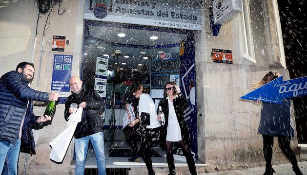 Celebraciones en el exterior de la administración de lotería nº 3 de Alcoy.