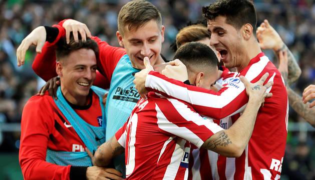 Correa y Morata celebran con sus compañeros el tanto anotado por el argentino en el Benito Villamarín.