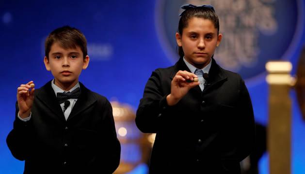 Los niños del colegio de San ildefonso Nerea pareja y Luis Alcides muestran las bolas con el número 41.710 que ha sido agraciado con el primero de los dos cuartos premios.