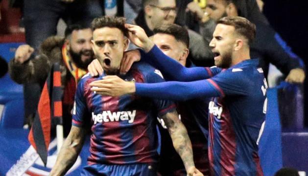 Roger Martí, felicitado por sus compañeros tras marcar el primer gol ante el Celta.