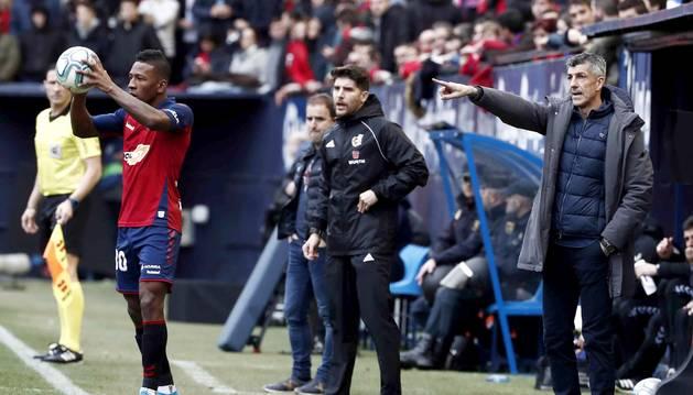 Imanol Alguacil, entrenador de la Real Sociedad, en el partido contra Osasuna en El Sadar.