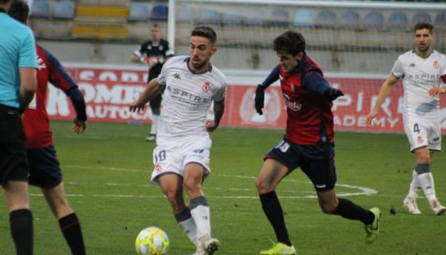 Los jugadores de Osasuna Promesas y de la Cultural Leonesa en un lance del juego.
