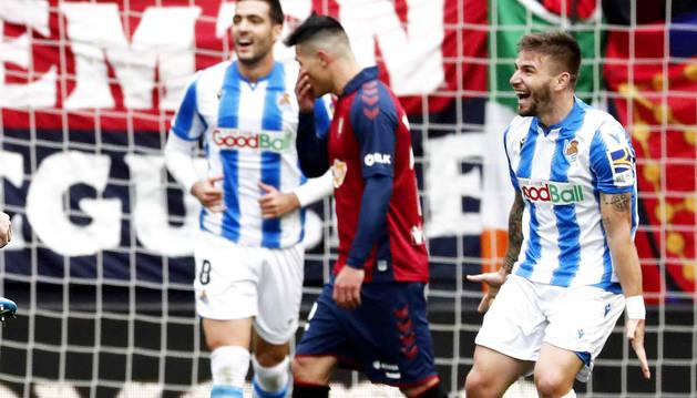 Facundo Roncaglia, con gesto serio entre Mikel Merino y Portu tras el gol de Odegaard.