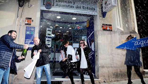 Alegría ante la puerta de la administración número 3 de Alcoy, Alicante, que el domingo repartió 60 millones de euros del Gordo.