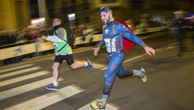 Dos corredores, en la San Silvestre de Pamplona del año pasado.