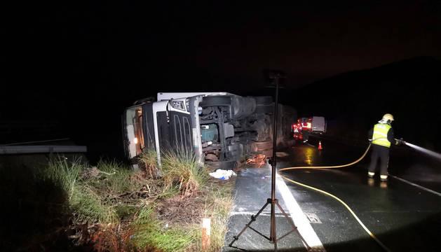 Efectivos de bomberos y Policía Foral, en el lugar del accidente.