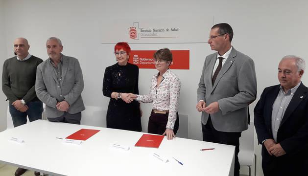 La consejera de Salud del Gobierno de Navarra, Santos Induráin, y la presidenta del Sindicato Médico de Navarra, Aurelia, Mena, tras la firma del aucerdo de mejora de condiciones para el colectivo médico.
