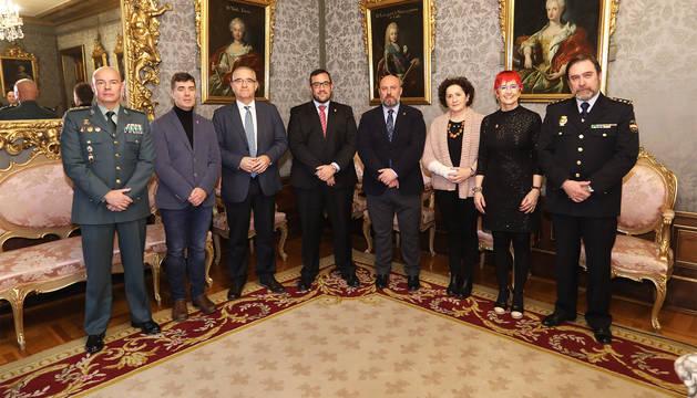 Representantes de los cuerpos policiales, Gobierno de Navarra, Gobierno de España y Ayuntamietno de Pamplona tras la firma del protocolo.