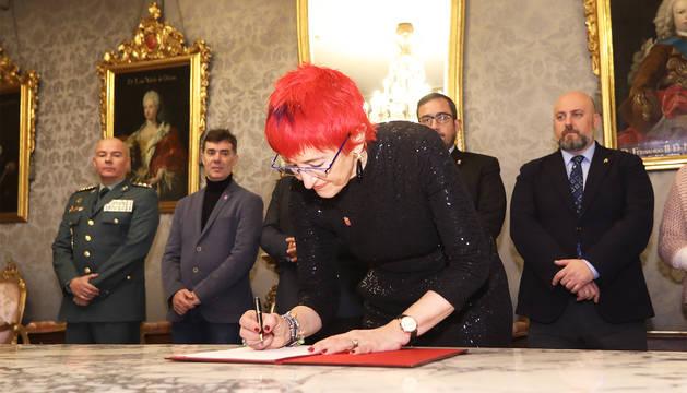 La consejera Santos Induráin en la firma de un protocolo en el Palacio de Navarra