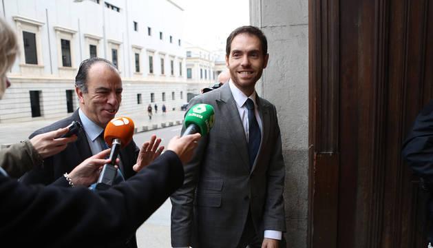 Sayas y Adanero, diputados de UPN, en la entrada del Congreso de los Diputados.