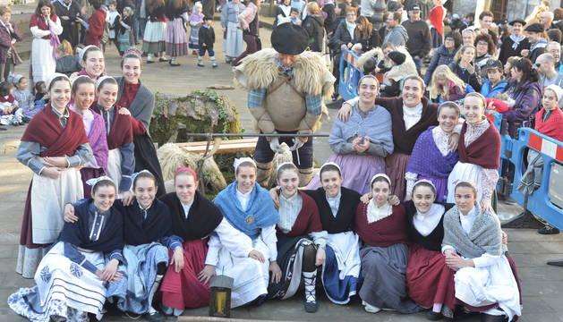 Instantánea del grupo de ganadoras del certamen de Olentzero, celebrado el martes por la mañana en la plaza Zaharra, de Lesaka.