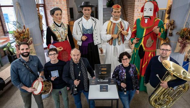 Txemari Albeniz, Alberto Vital, Tomás Díaz, Edurne Jáuregui y Jesús Soria posan con los gigantes de su escuela, los instrumentos y el disco que acaban de editar.