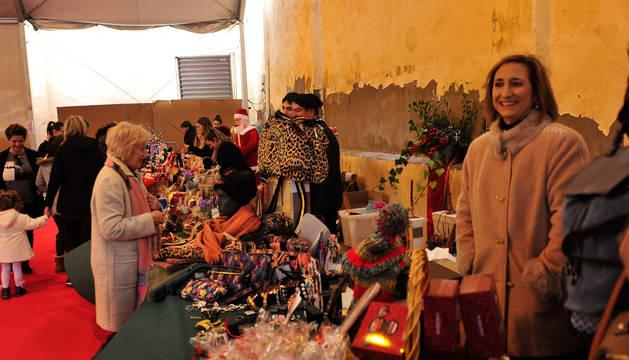 Los vecinos de Peralta visitan el mercado navideño.