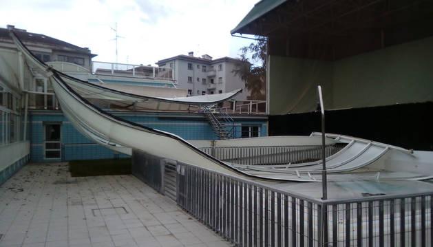 Foto de los daños que ocasionó el temporal en la piscina exterior del Centro Recreativo Guelbenzu.