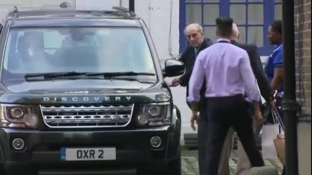El duque de Edimburgo abandona el hospital