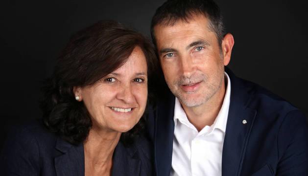 Pilar Guembe y su marido, Carlos Goñi, nacidos en Obanos hace 56 años, escriben sus libros 'al alimón'.