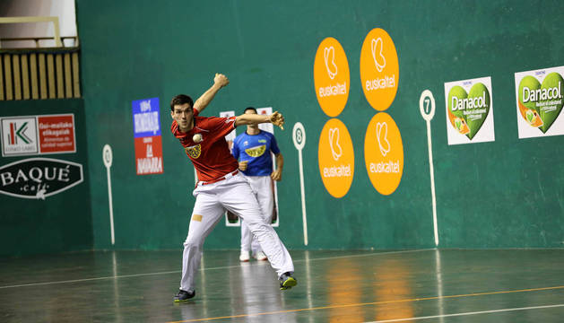 Foto de Ladis Galarza golpeando una pelota en el partido de parejas junto a Altuna III.