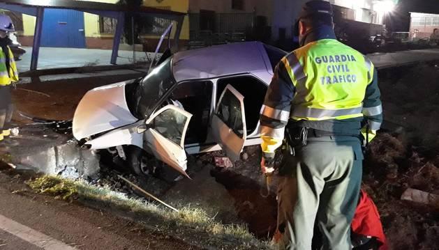 Foto de un vehículo accidentado en la NA-8715, a la salida de Andosilla.