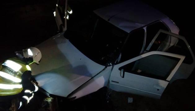 Foto del estado del vehículo tras un accidente por una salida de vía en Andosilla.