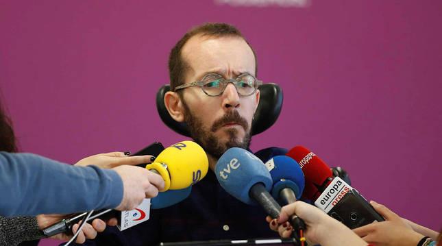 El secretario de Acción de Gobierno e Institucional de Unidas Podemos, Pablo Echenique, comparece ante los medios para valorar el discurso de Navidad del rey Felipe VI.