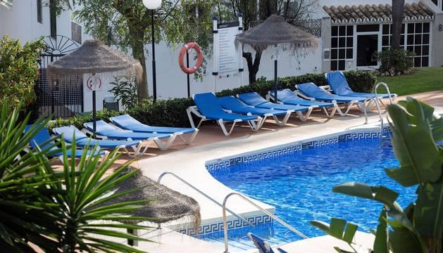Foto de la piscina del Club La Costa de Mijas donde han fallecido un padre y sus dos hijos