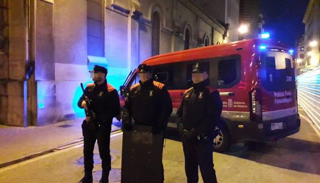 Tres agentes de la Policía Foral, en Nochebuena en Pamplona.
