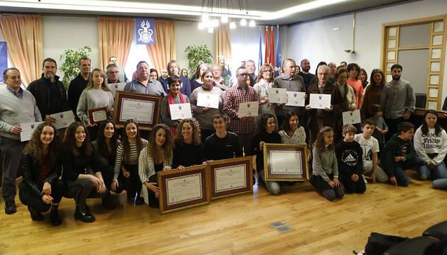 Foto de los galardonados y asociaciones reconocidas en Barañáin el día de San Esteban.