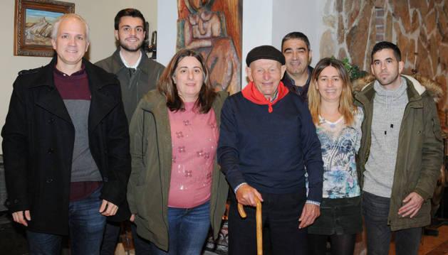 Foto de José Araiz junto al alcalde y la corporación municipal de Caparroso.
