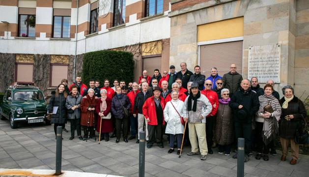 Foto de familia de integrantes del Club de Vehículos Clásicos San Fermín, residentes de la Meca y voluntarios.
