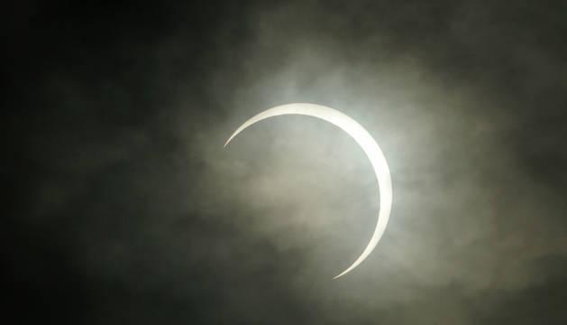 Vista del último eclipse anular de sol del año, este jueves, en Dávao (Filipinas).